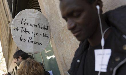 La justicia anula la asistencia sanitaria a los extranjeros irregulares en Cataluña