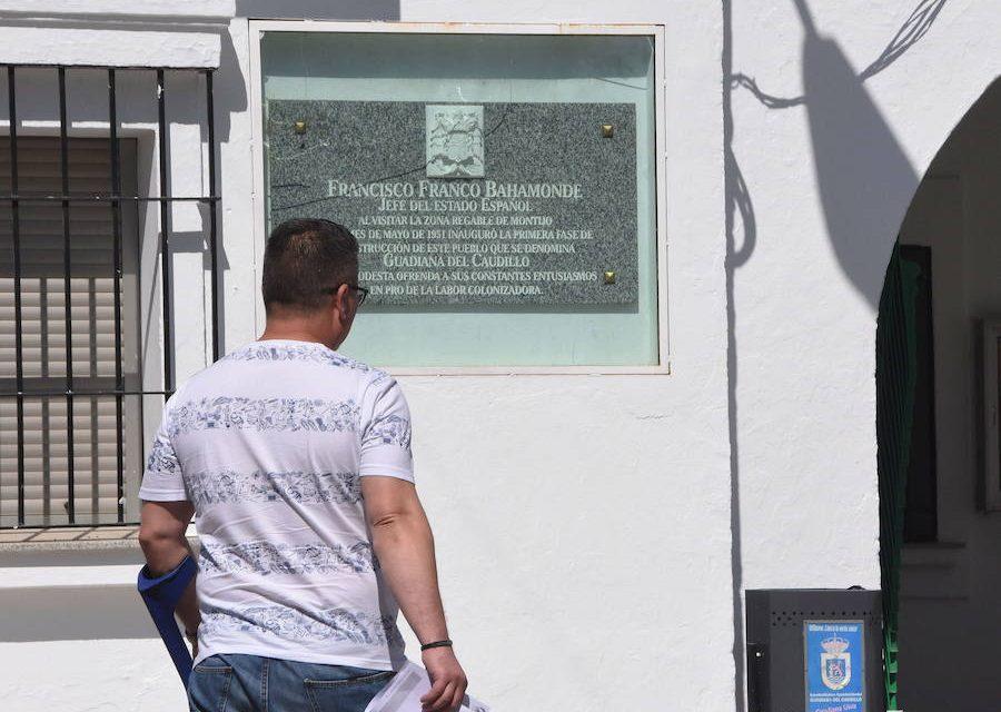 El TSJ de Extremadura ordena retirar el escudo franquista de la fachada de un ayuntamiento