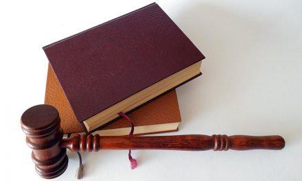 La orden de alejamiento deberá efectuarse como determine el juez y, en su defecto, en línea recta