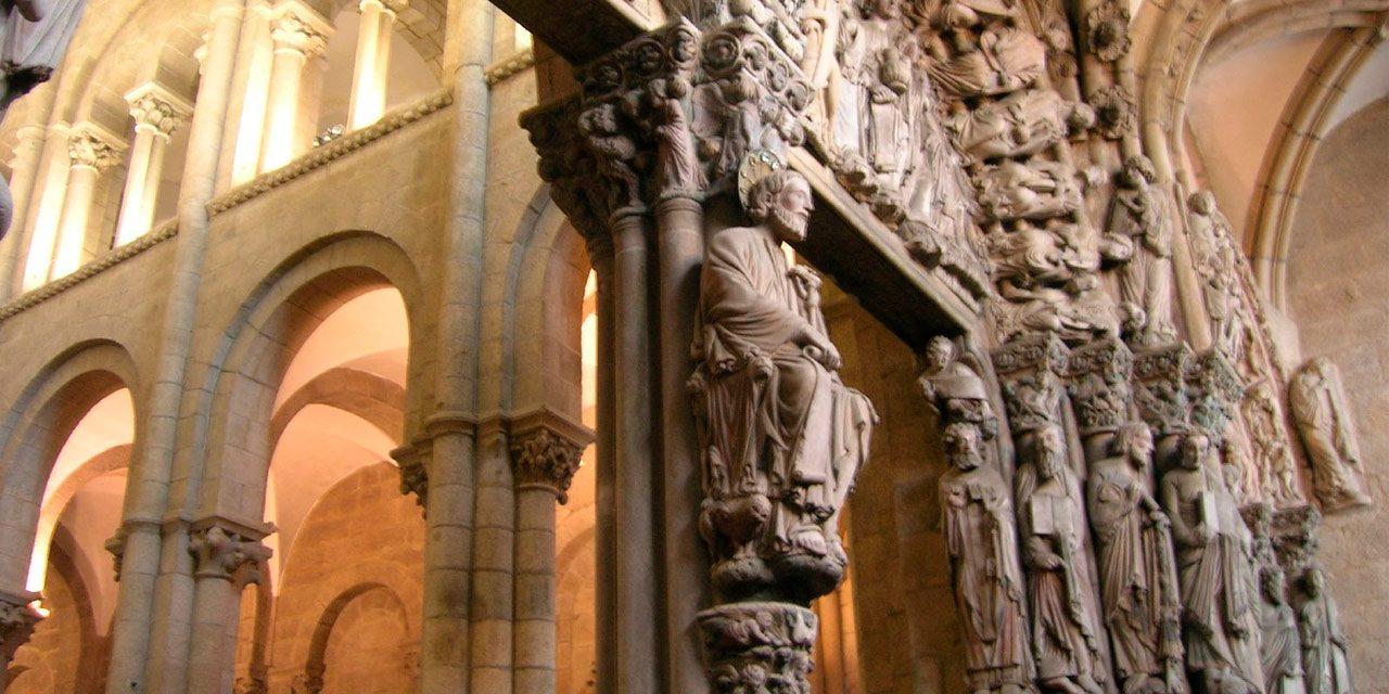 La justicia dictamina que las esculturas del Pórtico de la Gloria pertenecen a la familia del dictador Franco tras más de 40 años de posesión pública