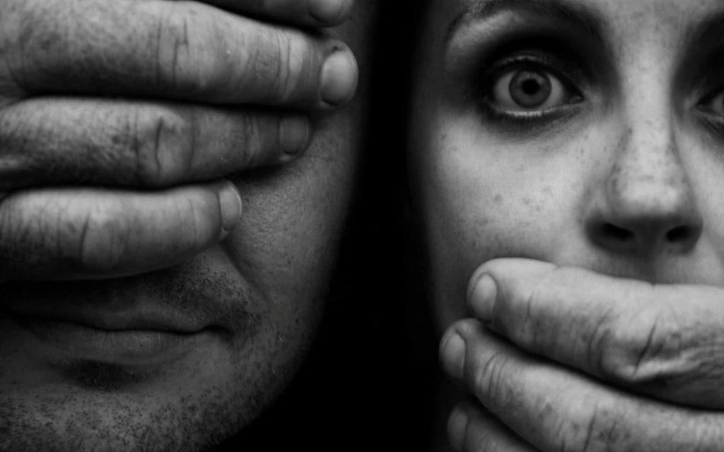 El silencio y el acoso cómplices del entorno de la víctima y del agresor en la violencia de género